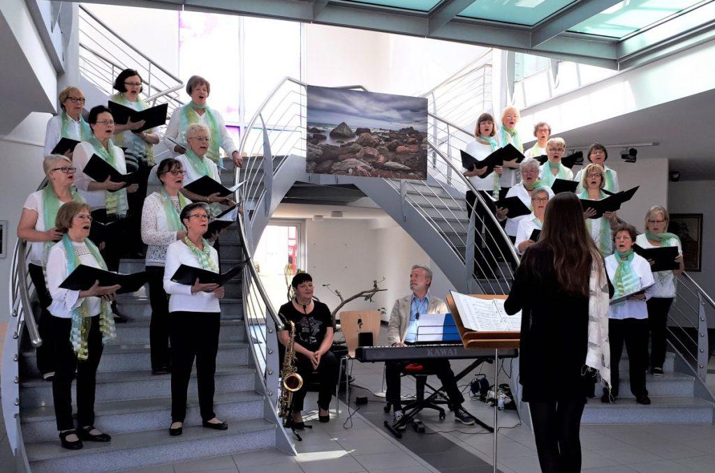 Gruppenbild des Roggentiner Chors Carbäk-Sänger beim Frühjahrskonzert